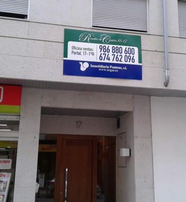 Cartel en PVC sobre fachada