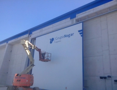 Rótulo en dibond sobre chapa de portal Grupo Nogar