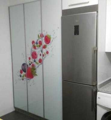 Vinilo inverso decorativo en armario de cocina